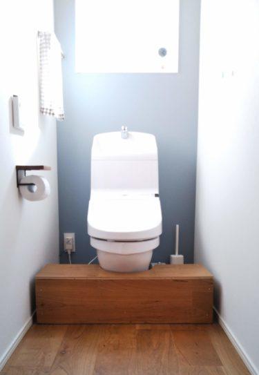 北欧カラーのクロスをアクセントにした清潔感あるトイレ